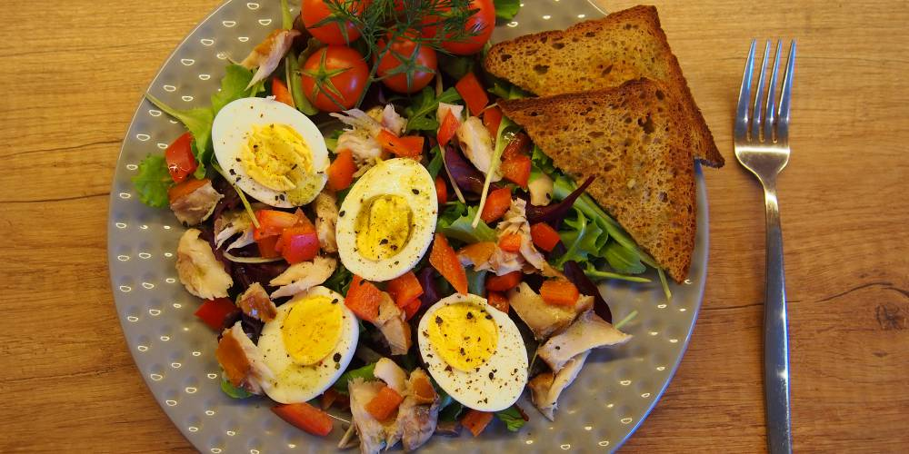 Sałatka z wędzonym trewalem i jajkiem.