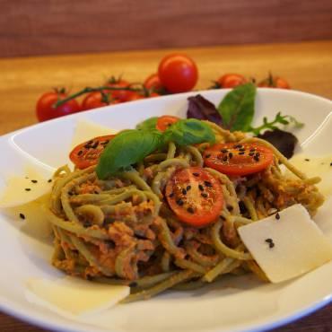 Spaghetti z pastą z ciecierzycy i suszonych pomidorów.